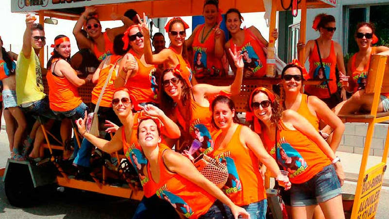 Chicas montadas en coche beer bike por Madrid